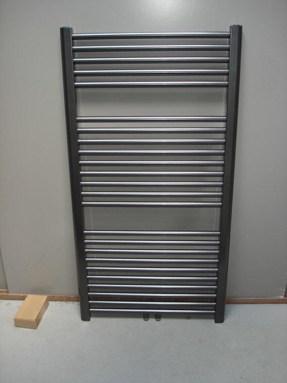 Designradiator antraciet metallic 92 cm hoog x 70 cm breed met midden- onderaansluiting en 582 Watt