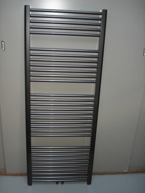 Designradiator antraciet metallic 157 cm hoog x 70 cm breed met midden- onderaansluiting en 964 Watt