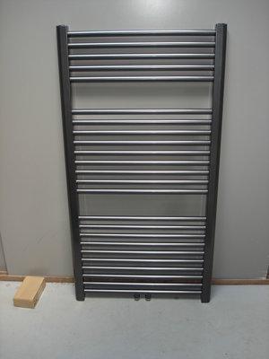 Designradiator antraciet metallic 117 cm hoog x 70 cm breed met midden- onderaansluiting en 728 Watt